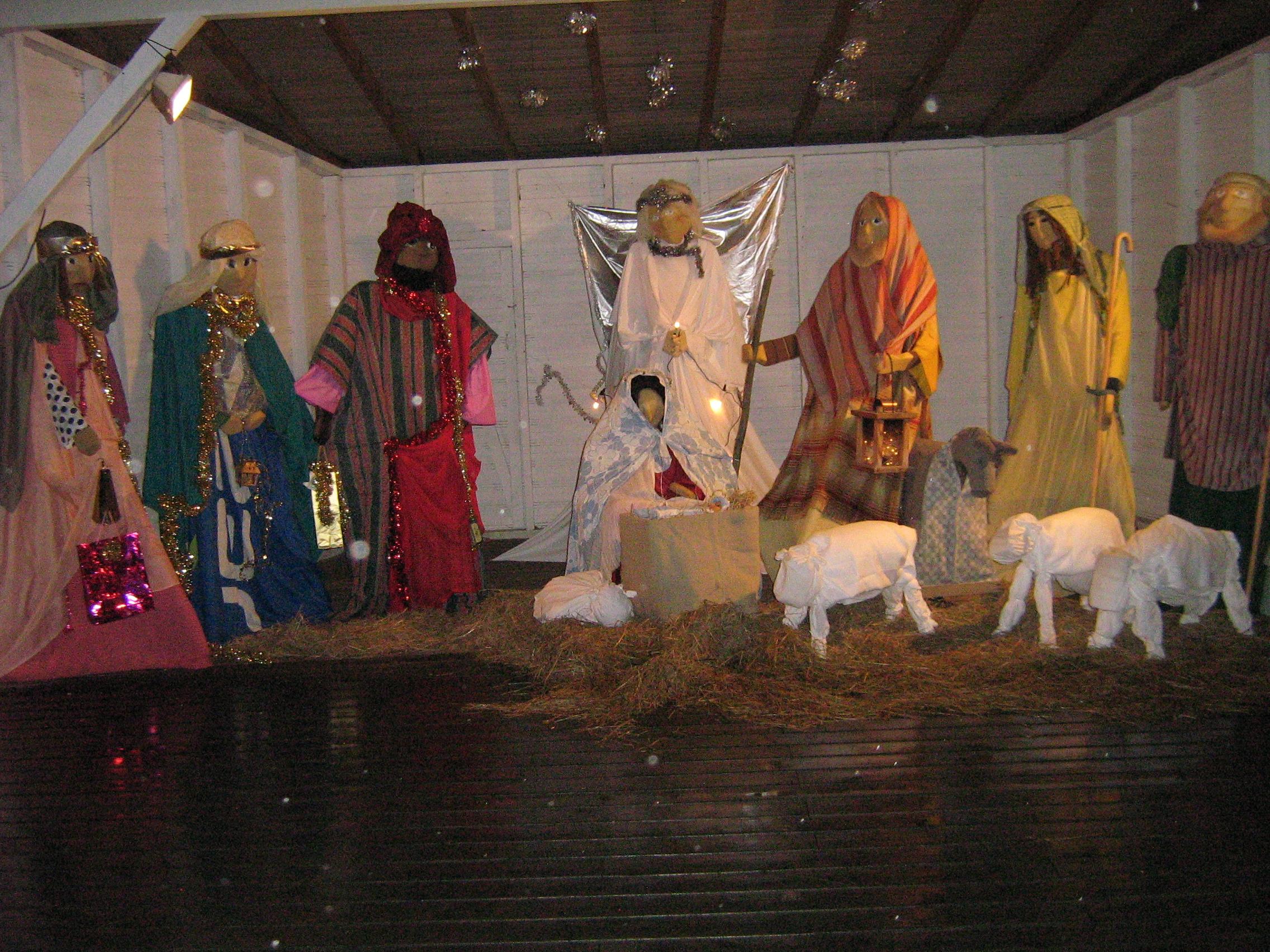 Pyhä perhe, tietäjät, paimenet, lampaat ja aasi.